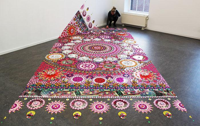 Esta artista coloca miles de gemas relucientes sobre suelos, paredes y personas para crear artísticos mandalas caleidoscópicos