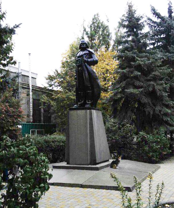 monumento-de-lenin-convertido-en-darth-vader-wifi-odessa-alexander-milov (2)