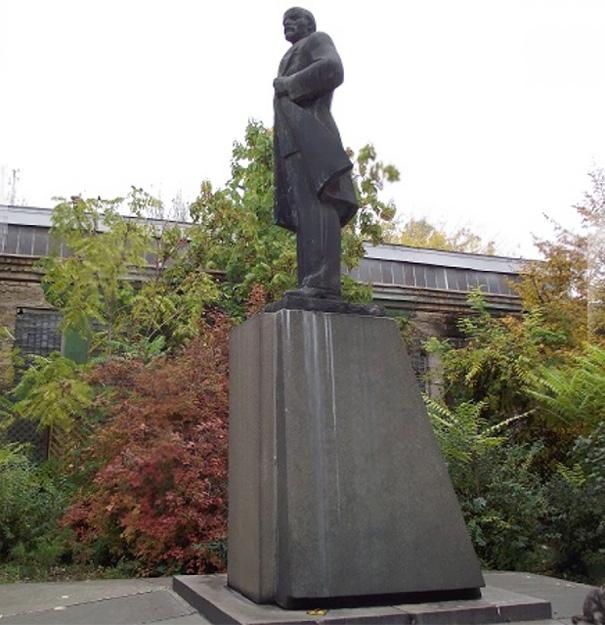 monumento-de-lenin-convertido-en-darth-vader-wifi-odessa-alexander-milov (3)