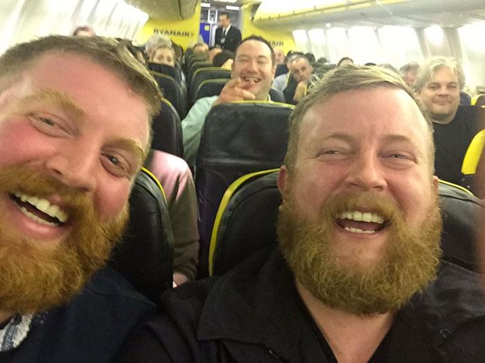Este pasajero se sentó en el avión junto a un desconocido clavado a él