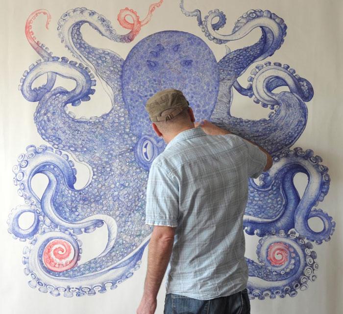 Este artista pasó un año dibujando un pulpo gigante usando solo bolígrafos desechados