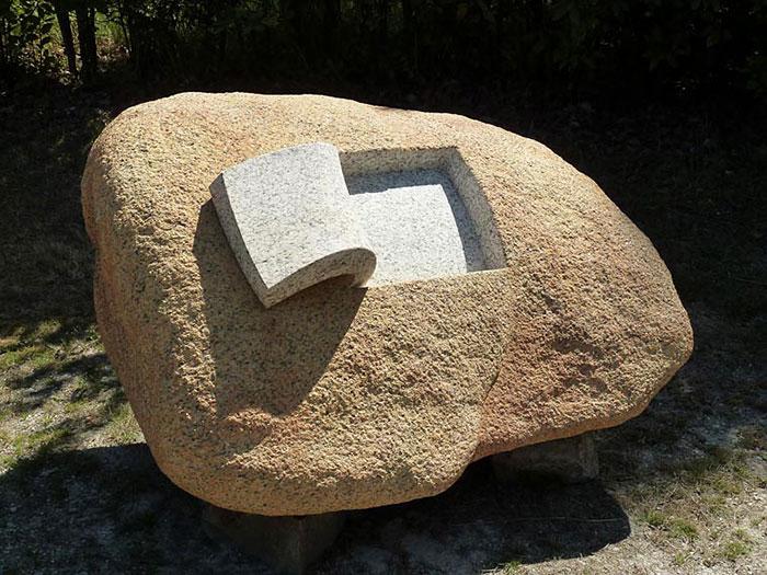 Este escultor español transforma rocas sólidas en esculturas blandas y orgánicas