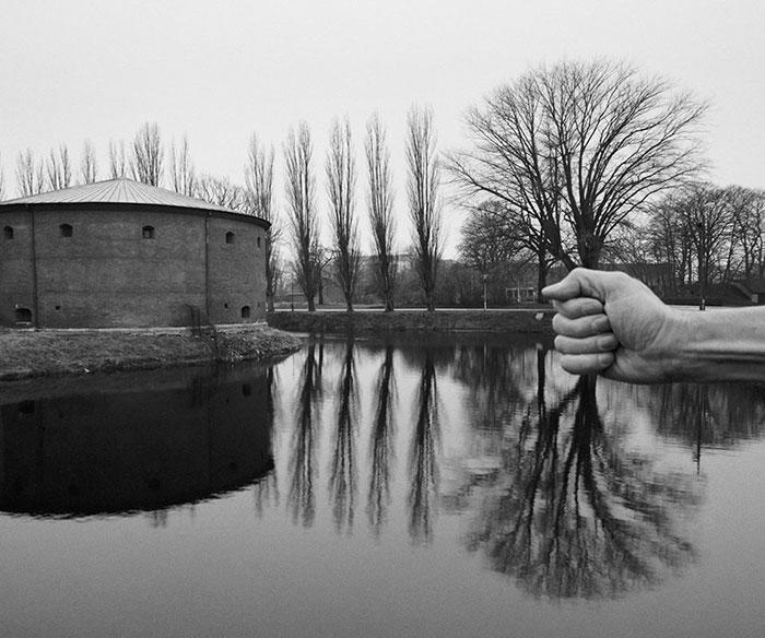 Este fotógrafo usa su propio cuerpo desnudo para crear mundos surreales