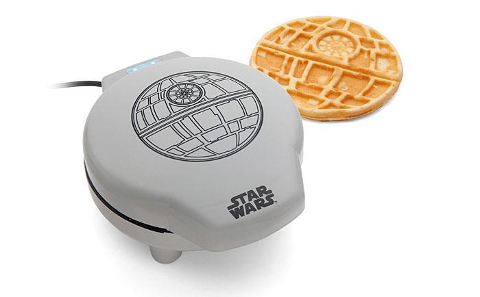 Esta gofrera de la Guerra de las Galaxias te prepara estrellas de la muerte para desayunar