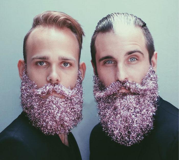 Estos hombres cubren sus barbas con purpurina para las fiestas navideñas