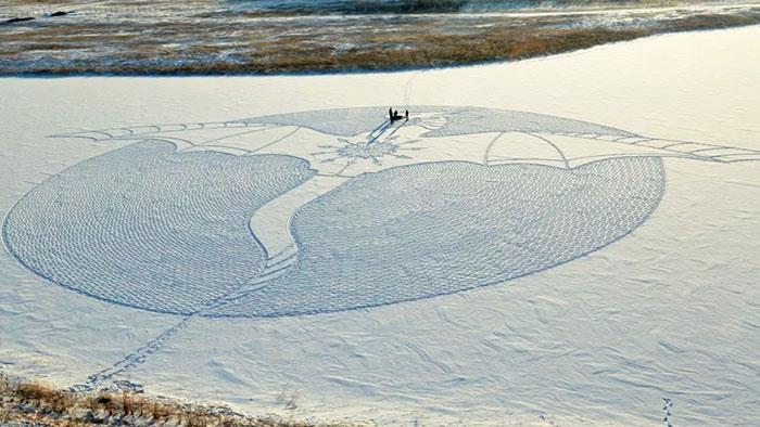 Este artista caminó todo el día en Siberia para crear un mural con un dragón gigante de nieve