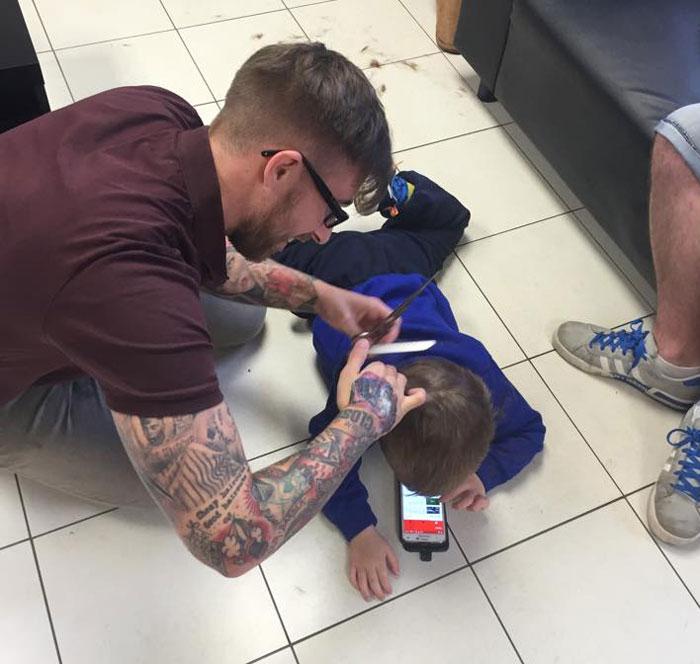 Este peluquero hizo algo increíble para que este niño autista superara su miedo a cortarse el pelo