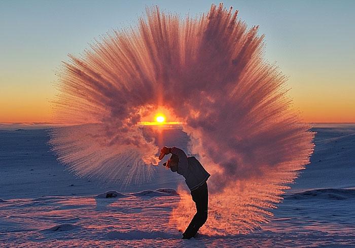Fotos lanzando té caliente a -40º cerca del Círculo Ártico al atardecer