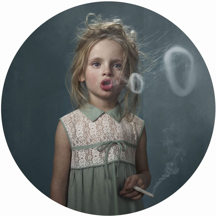 Niños fumando: Este proyecto fotográfico muestra cómo influyen los adultos en la juventud