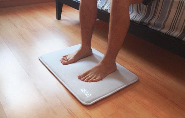 Esta alfombra – despertador no para hasta que no la pisas con ambos pies
