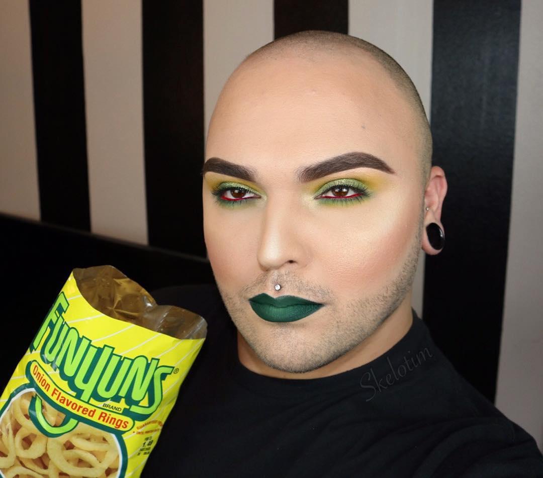 Este hombre combina perfectamente su maquillaje y sus chucherías