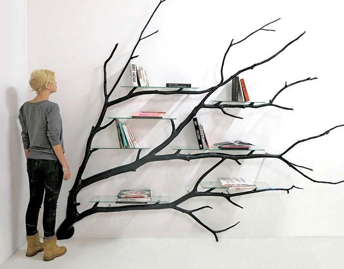 Este artista chileno encontró un rama de árbol caída y la convirtió en estantería