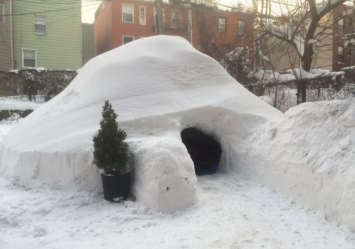 Este hombre construyó un iglú en Brooklyn durante la ventisca y lo puso en Airbnb por 200$