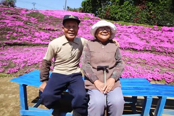 Este marido pasó 2 años plantando miles de flores para que su esposa ciega las oliera