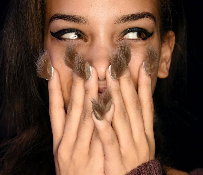Las uñas peludas son la última tendencia ahora mismo