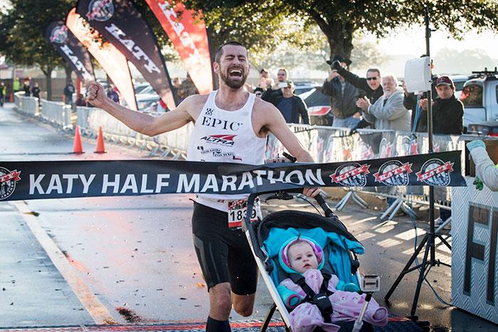 Este padre gana media maratón empujando un carrito con su bebé