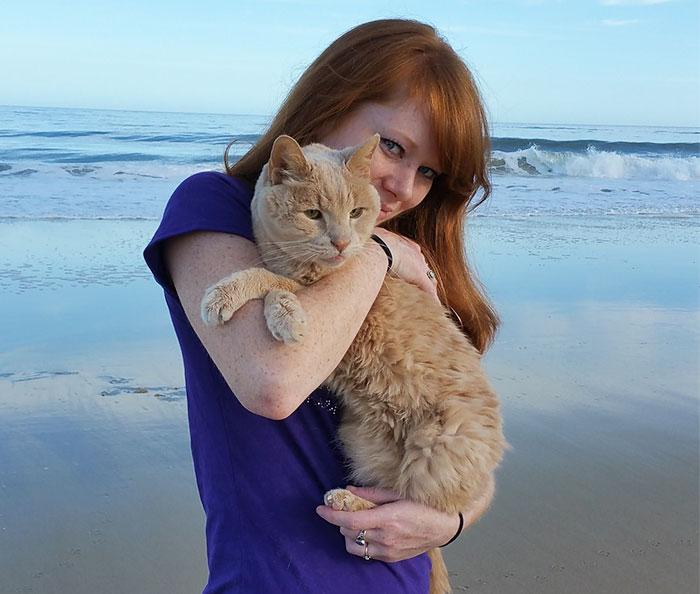 Esta mujer rescató a un gato de 21 años abandonado por su dueño para darle sus mejores últimos días