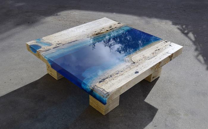 Mesas semejantes a lagos creadas mezclando resina con mármol travertino (2ª parte)