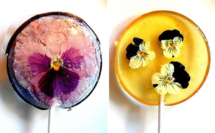 Pétalos de flores comestibles preservados dentro de piruletas
