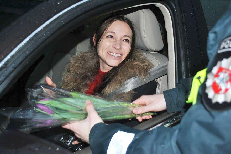 policia-lituania-flores-dia-internacional-mujeres (1)