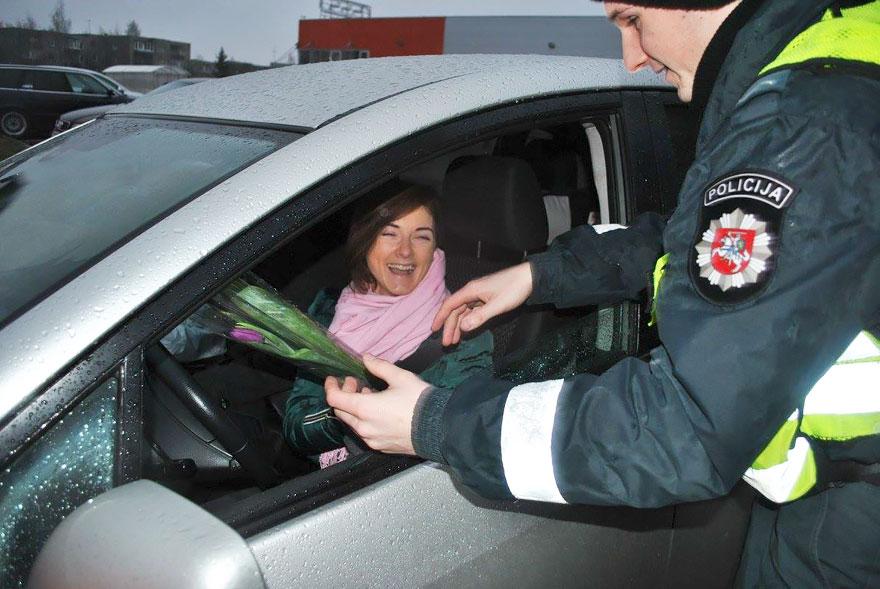 policia-lituania-flores-dia-internacional-mujeres (10)