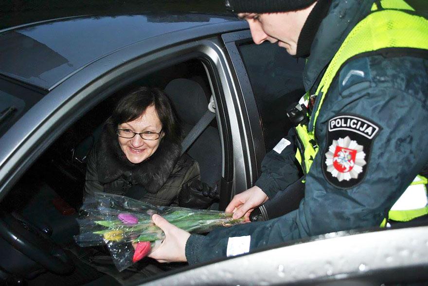 policia-lituania-flores-dia-internacional-mujeres (11)