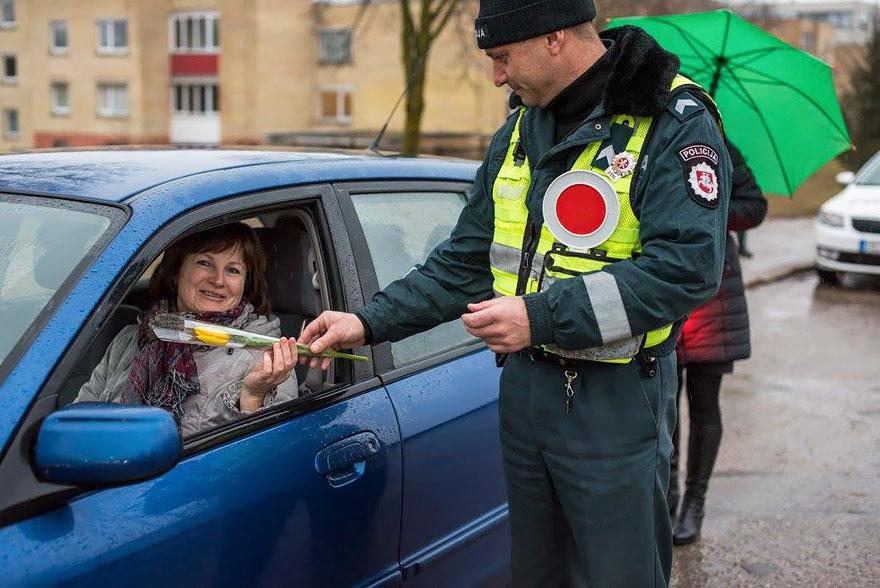 policia-lituania-flores-dia-internacional-mujeres (13)