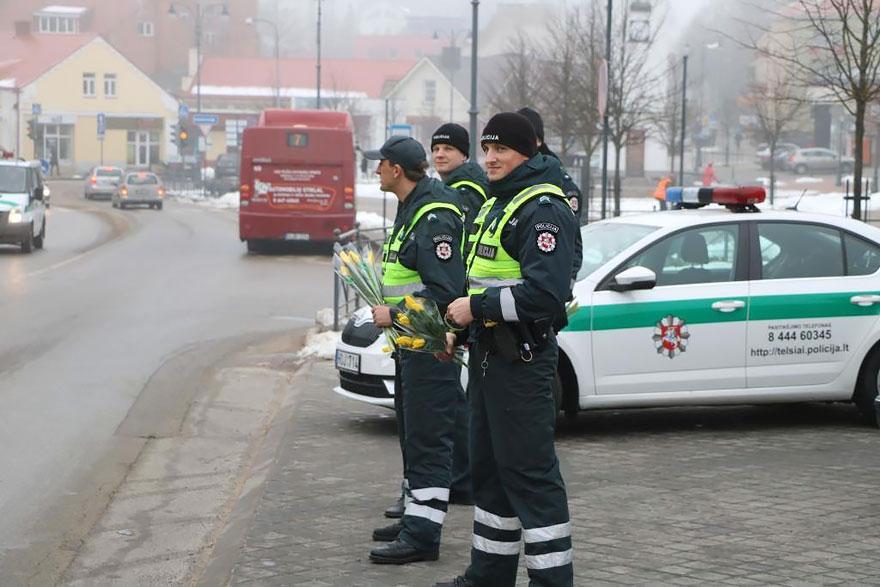 policia-lituania-flores-dia-internacional-mujeres (2)
