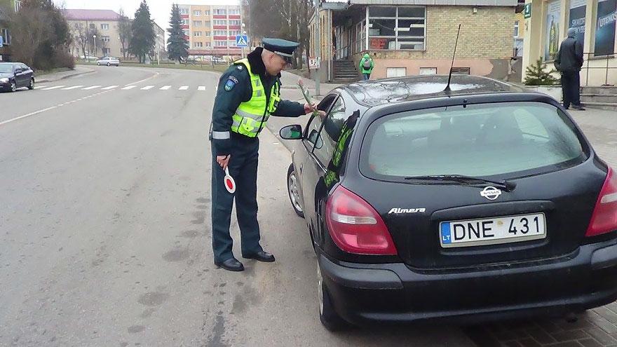 policia-lituania-flores-dia-internacional-mujeres (3)