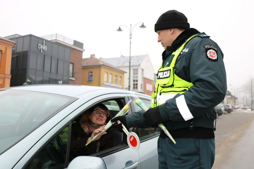 policia-lituania-flores-dia-internacional-mujeres (4)