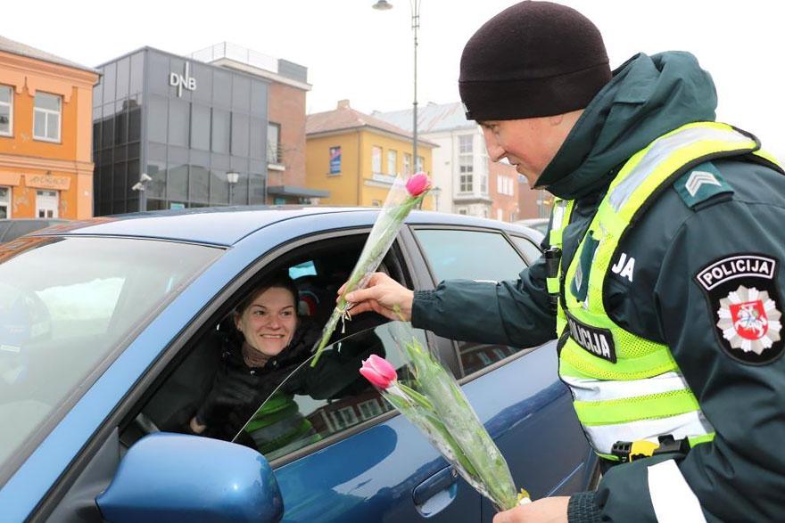 policia-lituania-flores-dia-internacional-mujeres (5)