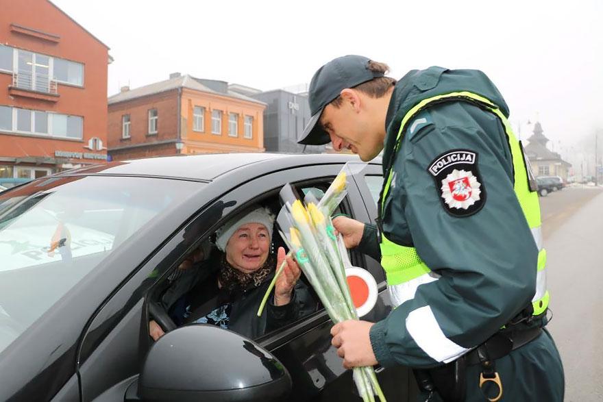 policia-lituania-flores-dia-internacional-mujeres (6)