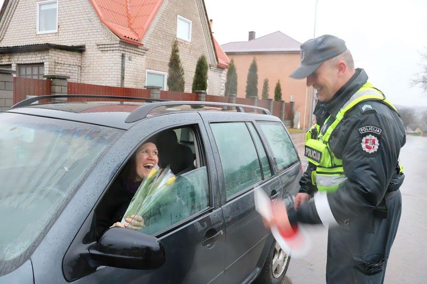 policia-lituania-flores-dia-internacional-mujeres (7)