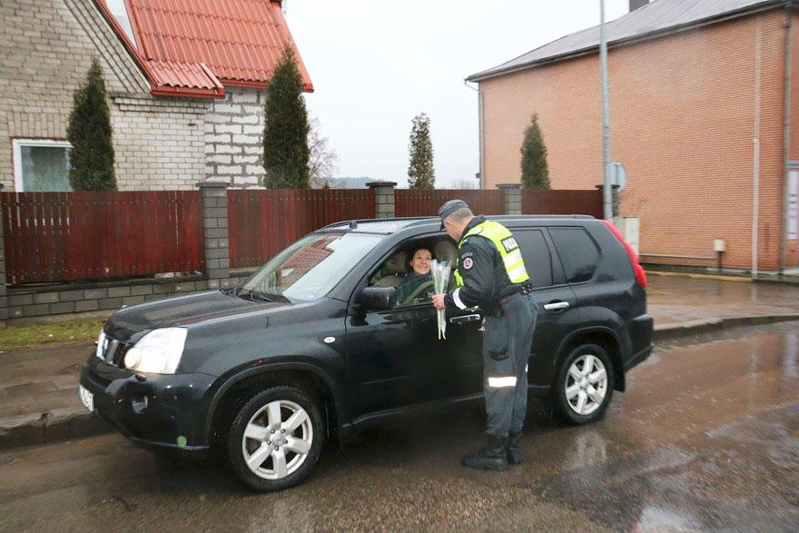policia-lituania-flores-dia-internacional-mujeres (8)