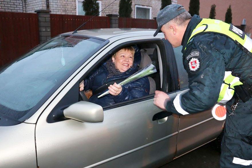 policia-lituania-flores-dia-internacional-mujeres (9)