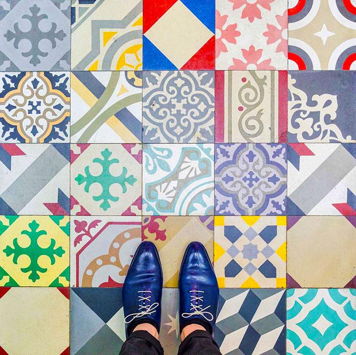 Suelos de Barcelona: este fotógrafo nos anima a mirar abajo y descubrir la cultura de la ciudad