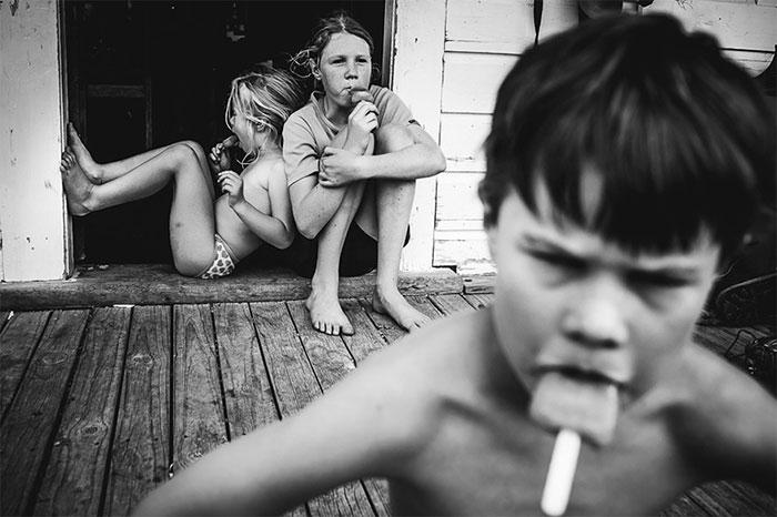Una madre fotógrafa documenta la infancia de sus hijos sin dispositivos electrónicos