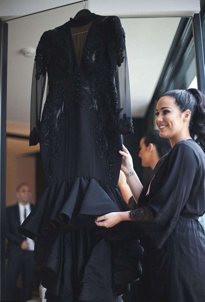 Llevando Novia Con La Casa Negro Y Tradición Se Una Rompe Vestido Un E2DHIW9