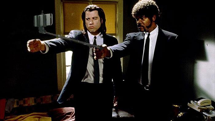 Lo que ocurre si reemplazas las armas por palos de selfie en las escenas de películas famosas