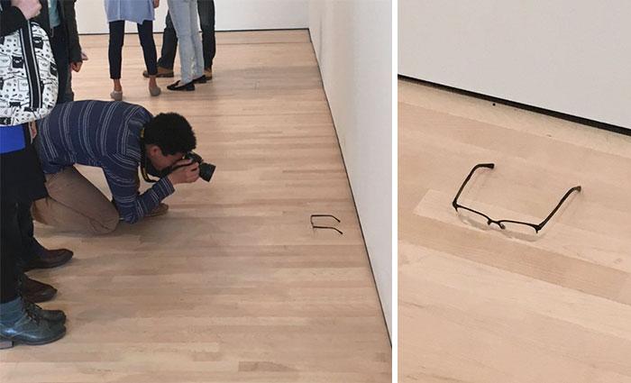 Dejaron unas gafas en el suelo del museo y los visitantes pensaron que era arte