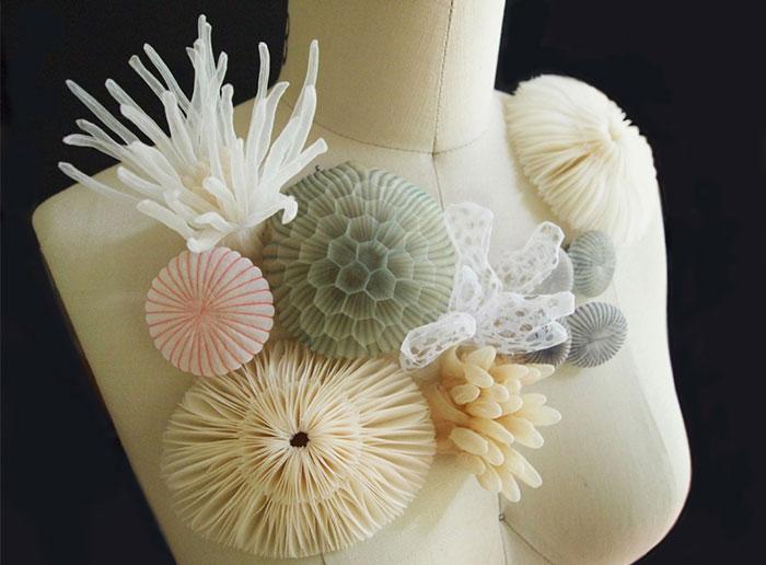 Joyería inspirada en el mar hecha con tejidos translúcidos por una artesana japonesa