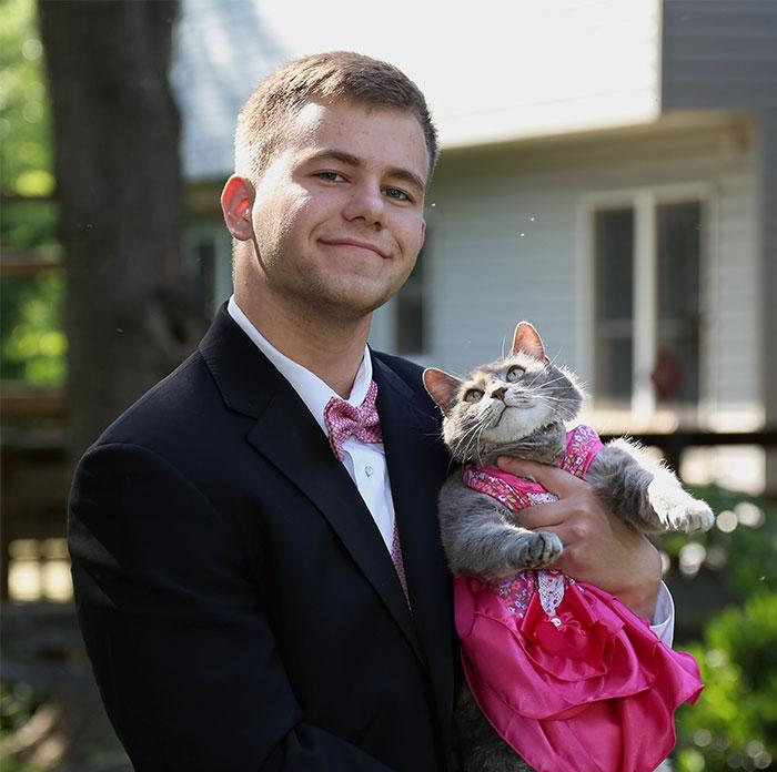 Este chico llevó a su gato a su graduación y fue una cita perfecta
