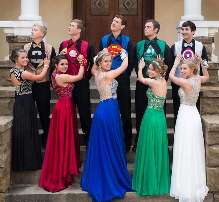Estos 5 adolescentes llevaron en secreto trajes de superhéroe a su promoción