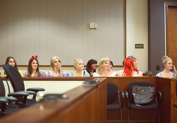 Toda la sala de un juzgado se vistió de personajes Disney en la audiencia para la adopción de una niña de 5 años