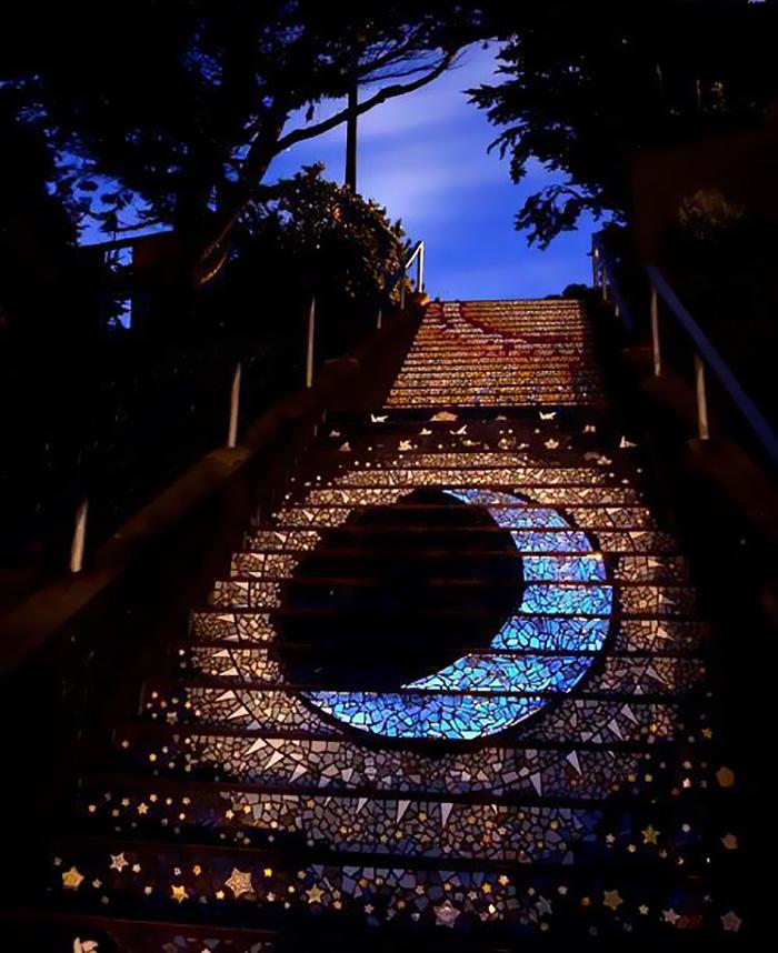 Estos escalones embaldosados en San Francisco brillan de noche con la luz de la Luna