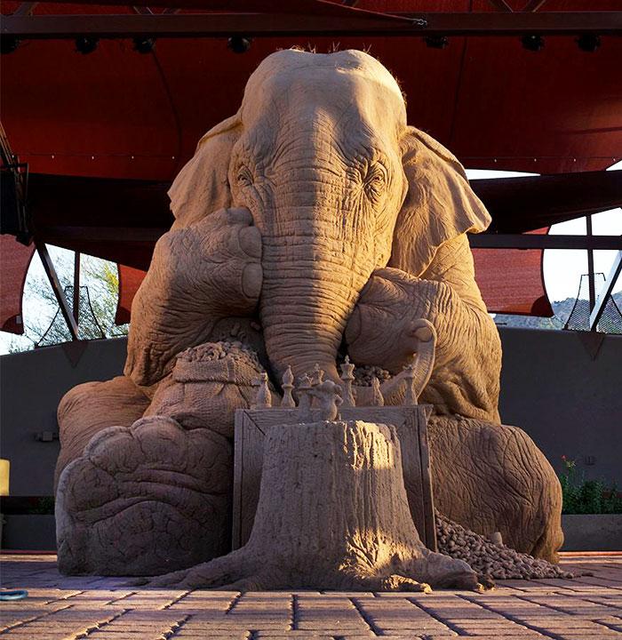 Asombrosa escultura de arena de un elefante a tamaño real jugando al ajedrez con un ratón