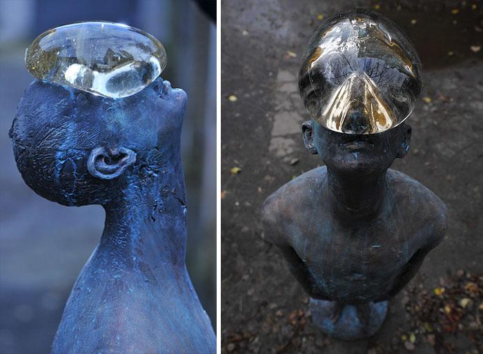 Escultura de una gota de lluvia gigante sobre una cara humana en Ucrania