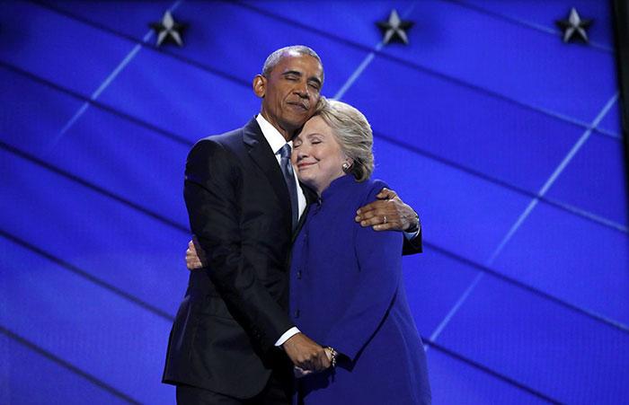 El abrazo de Obama y Clinton fue perfecto, hasta que los trolls de internet lo arruinaron