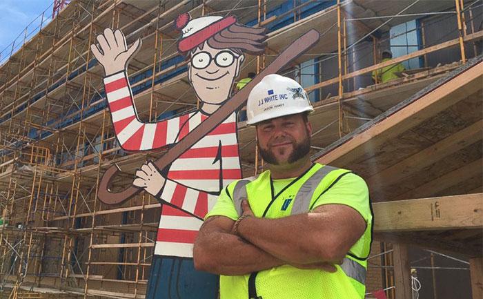 Este albañil esconde cada día a Wally en la obra para que lo encuentren los niños del hospital de enfrente