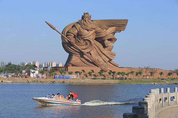Inaugurada en China una épica estatua de 1320 toneladas de su dios de la guerra